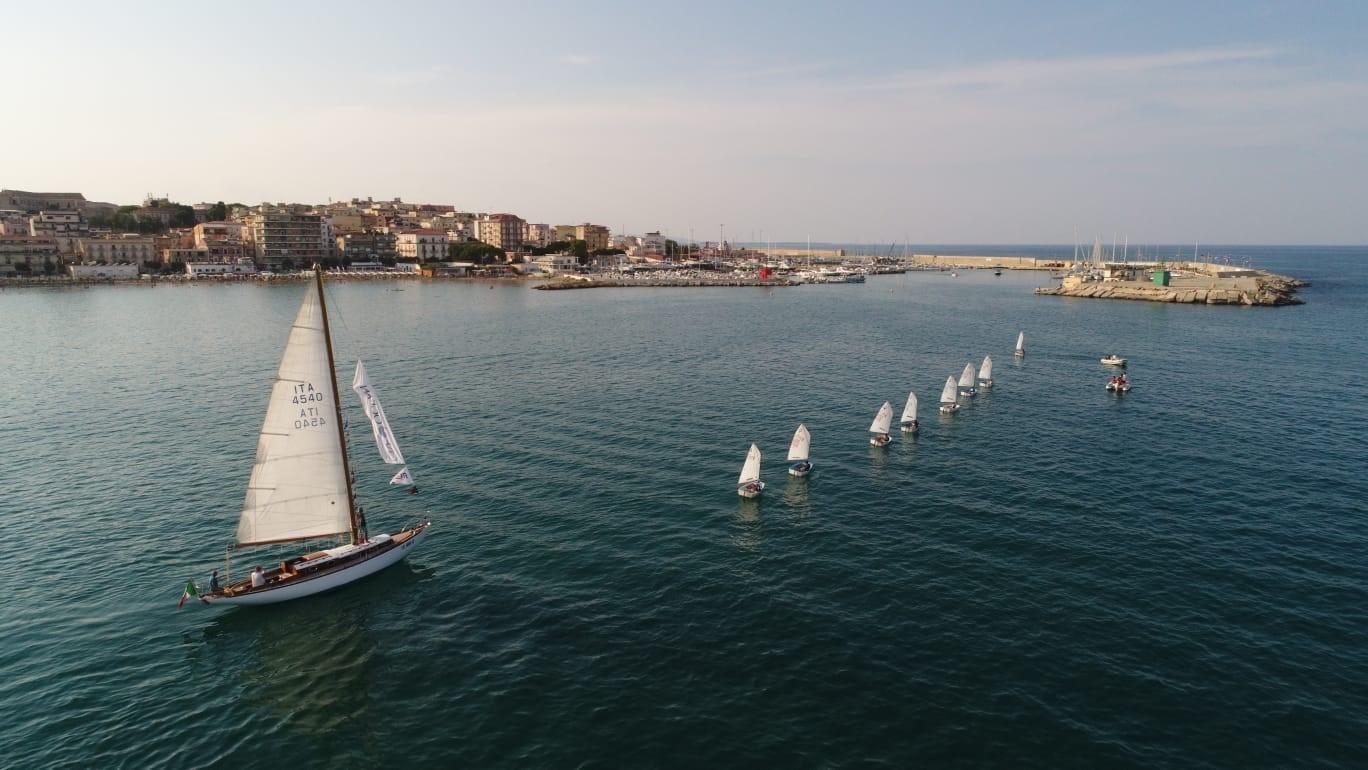 Un periplo per la salvaguardia dei mari: gli Optimist del Club Velico Crotone accolgono Mauro Pelaschier - NEWS - Yacht Club Costa Smeralda